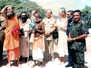 General Denzil Kobbekaduwe, Admiral Clancy Fernando, British High Commissioner David Gladstone and his wife April and Kataragama swamis including Swami Sivakalki